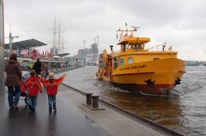 Große Fahrt für kleine Leute: Warten auf die Fähre im Hamburger Hafen