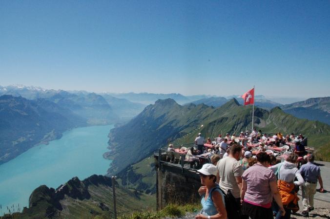 Halli Galli auf'm Berg: Bergstation am Brienzer Rothorn mit Blick über den Brienzer See bis zu den Alpen.