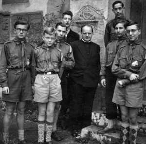 Pfadfinderversprechen 1955 in Tennenbach: Rainer Klug (3. v. r) unter anderem mit Stadtpfarrer Josef H. Maier, Bernhard Kern (3. v. l.) und seinem Bruder Peter Klug (rechts). Bild: Pfarrarchiv St. Bonifatius