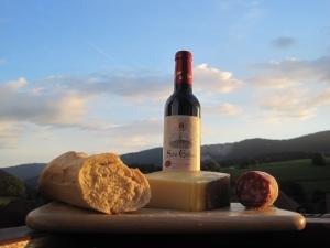 Käse, Salami, Baguette und Wein: Picknick mit Blick auf den Mont d'Or - Bilder: Anselm Bußhoff