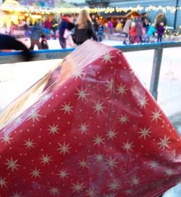 Ein kleines Fest für den Paketzusteller: weihnachtlich verpacktes Päckchen! Bild: Anselm Bußhoff