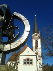 Herzenssache: Skulptur des Künstlers Ernst Thomann auf dem Schlossplatz. Foto: Ronja Vattes