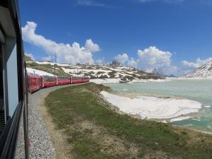 Roter Farbstrich in der weißen Gipfelwelt: unterwegs mit dem Bernina-Express.