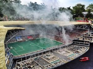 Bengalos im Bayern-Block: Die Münchner Fußball-Arena im Legoland