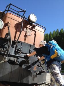 Jung trifft alt: Begegnung mit Krokodil-Lok 407 vor dem Albula-Museum der Rhätischen Bahn in Bergün.