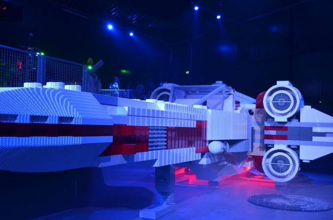 Wie aus einer anderen (Lego-)Welt: Fünf Millionen Legosteine hat's gebraucht, bis der X-Wing-Starfighter aus dem Star-Wars-Reich im Legoland landen konnte.  Alle Bilder: Anselm Bußhoff