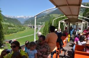 Oben ohne: Die Fahrt mit dem Cabriozug Albula ist eine von vielen Ausflugsmöglichkeiten rund um Bergün (Hintergrund).