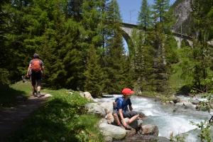 Berge, Wasser, Viadukte: auf dem Natur- und Bahnerlebnisweg der Rhätischen Bahn.  Fotos: Anselm Bußhoff