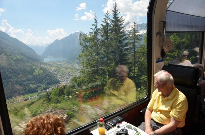 Blick ins Val Poschiavo: an Abwechslung fehlt's auf der Fahrt von Bergün nach Tirano nicht.