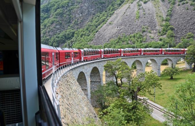 Ein Zug dreht sich im Kreis: das KLreisviadukt bei Val Poschiavo