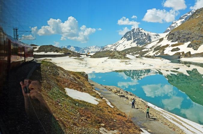 Klick, klick, klick - fotografieren und fotografiert werden: unterwegs durch die Schweizer Bergwelt mit dem Bernina-Express der Rhätischen Bahn. Fotos: Anselm Bußhoff