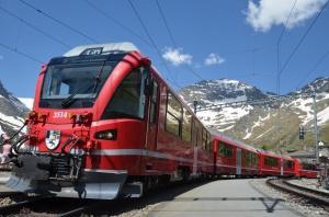 Fotohalt in Alp Grüm: In den ersten Wagen des Bernina-Express lässt's sich - auch ohne Panorama-Fenster - mit bestem Blick zum Normaltarif reisen.