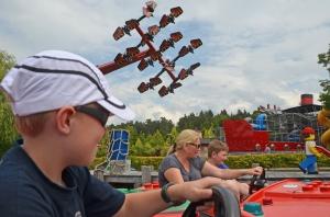 Wo fliegen sie hin? Ninjago am Himmel überm Legoland - Bild: Anselm Bußhoff
