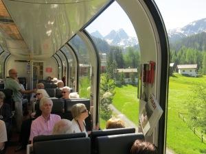 Bequemer geht's nicht: im Bernina-Express geht's ohne Anstrengung durch die Schweizer Bergwelt