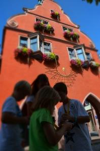 Letzte Instruktionen vor dem historischen Rathaus in Lahr - dann geht's auf zur GPS-Tour. Bilder: Anselm Bußhoff