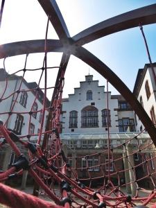 Hoch oben in der Karl-Friedrich-Schule soll in diesem Jahr die Einschulungsfeier der Meerweinschule stattfinden. Bilder: Anselm Bußhoff