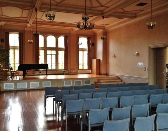 Der Musiksaal des ehemaligen Gymnasiums ist in die Jahre gekommen: Aula der Karl-Friedrich-Schule