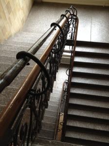 Menschlein, die gehst einen schweren Gang: Treppenhaus hinauf zur Kernzeitbetreuung.