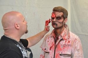 Make-up-Artist Bill McCoy setzt letzte Korrekturen ...