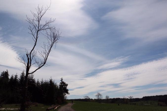 Wolkenschleier tanzen vor stahlblauem Himmel