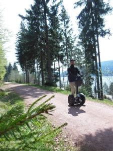 Immer am Schluchsee entlang: Tourguide Torben Schulz zeigt Anfängern, was beim Segway fahren zu beachten ist. Bilder: Ronja Vattes