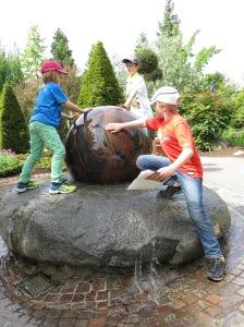 """""""Wie viel wiegt der Stein?"""", fragt die Rallye. """"Können wir das Ding bewegen?"""", fragen die Kinder ..."""