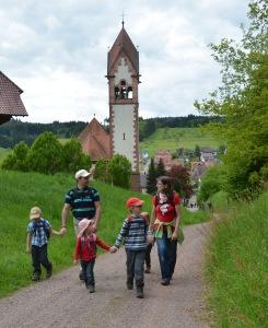 Auf geht's: Familienausflug auf dem Waldspielweg in Schuttertal. Bild: Anselm Bußhoff