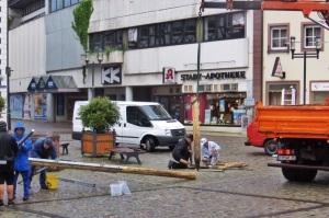 Ende eines Maibaums: Mitglieder der Handwerksinnung beseitigen die Reste. Fotos: Anselm Bußhoff