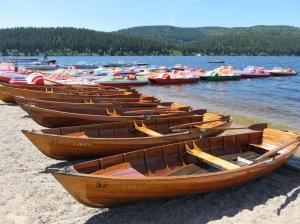 Hölzerne Boote am Schluchsee - Bild: Anselm Bußhoff