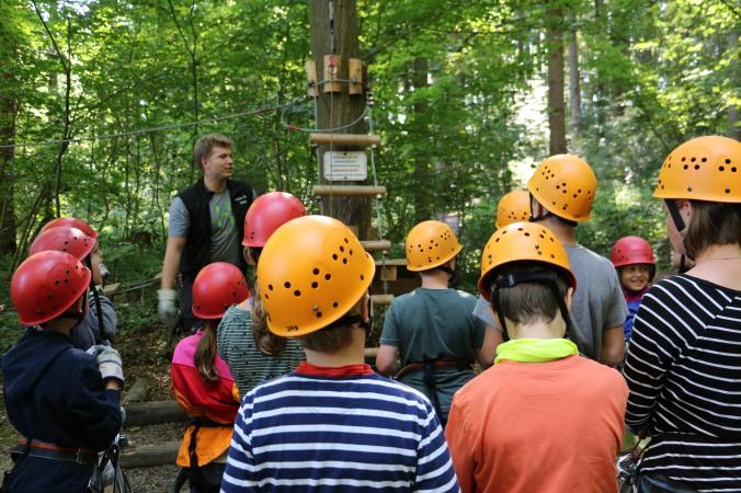 Bevor's auf die Bäume geht, gibt's eine ausführliche Einweisung und Belehrung.