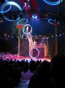 Nervenkitzel im Freiburger Weihnachtszirkus: das Duo Sifolinis auf dem Todesrad