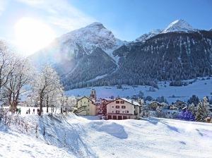 Ganz in Weiß: Das Graubündner Bergdorf Bergdorf hat sich seine Ursprünglichkeit großteils bewahrt. Bild: Anselm Bußhoff
