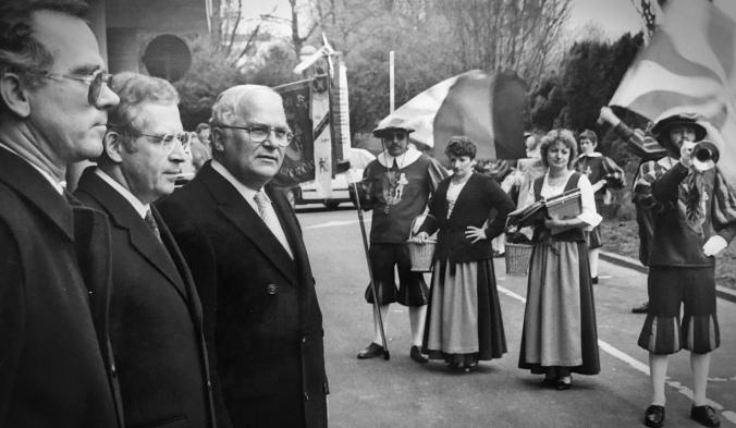 Begegnung mit einem, der in der Jugend faszinierte: Rainer Barzel (3. von links) beim Besuch des Emmendinger Fanfarenzug Hachberger Herolde in der Bundeshauptstadt Bonn. Bild: Anselm Bußhoff