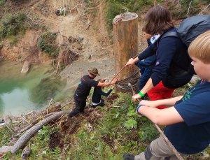 Fehlt nur noch die Brücke: Klettertour auf einem künftigen Bike-Trail